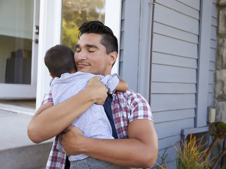 Padre, abrazar, hijo, sentado, en, escalones, exterior, hogar